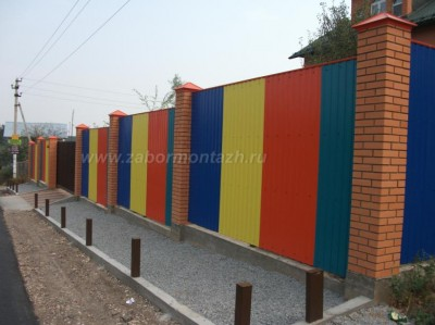 комбинированный забор - цветной профнастил с кирпичными столбами