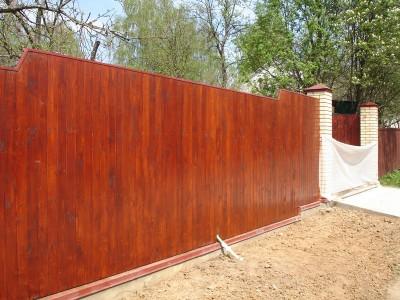 комбинированный забор - деревянный штакетник с кирпичными столбами