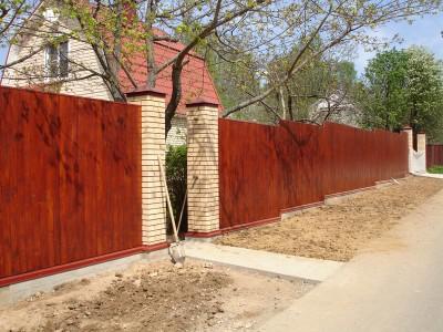 комбинированный забор из дерева с кирпичными столбамизабора из профнастила и кирпича