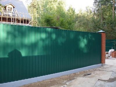 комбинированный забор из профнастила с кирпичными столбами